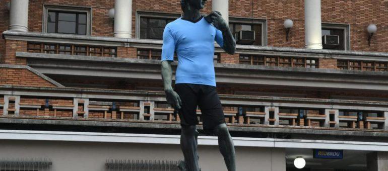 Intervenciones sobre monumentos urbanos: de camisetas celestes a polémicas virales.